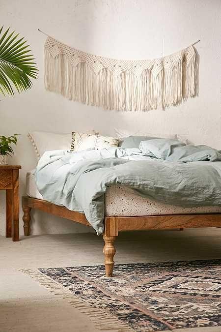 Hohes Bett Aus Holz. Kunstvoll Geschnitze Holzfüße Für Vintage Stil  Schlafzimmer. Boho Deko Für