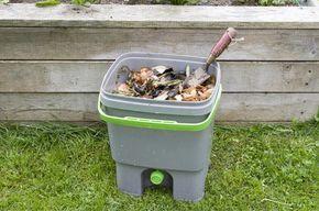 Der aus Japan stammende Bokashi-Eimer ist eine bewährte Alternative zum gängigen Komposthaufen. Mithilfe von Effektiven Mikroorganismen, kurz EM, können Sie so hochwertigen Kompost auf kleinem Raum herstellen.