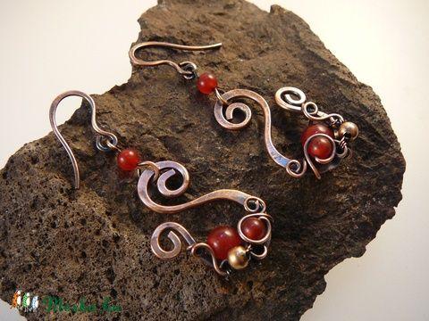 Meska - Ribizli-liget - fülbevaló, antikolt vörösréz festett vörös jáde gyöngyökkel Mithrillion kézművestől