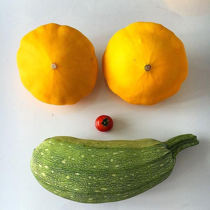 Je crois que la chaleur me tape sur le cerveau ! Ça m'a fait penser à Homer  Et merci à mon ami le jardinier pour sa verdure ! Les bons trocs font les bons amis  Bon appétit et bonne soirée ! . #greenaddicted #instavegetable #patissons #tomates#tomato#recolte #smile#jaune#cestlete #legume #ladreamteamforcejaune #happyface #forfun#repasdusoir#yummy #homersimpson