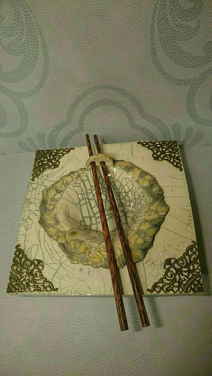 assiette asiatique et son bol en céramique raku émail blanc craquelé et nitrate d argent, avec ses deux baguettes : Art céramique par atelier-couleur-pourpre