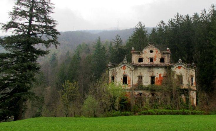 Villa de Vecchi, Lecco Chiamata anche Casa Rossa o Villa delle Streghe, fu costruita come rifugio estivo del conte Felice De Vecchi. Appassionati di fenomeni paranormali giurano di sentir provenire un suono di pianoforte, dalle sue stanze vuote, e di avere le prove della presenza di fantasmi al suo interno
