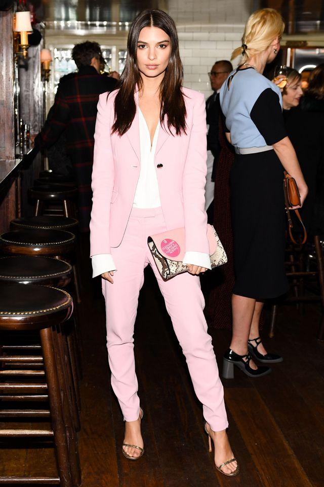 エミリー・ラタコウスキーのピンクスーツはフレッシュさ満点!