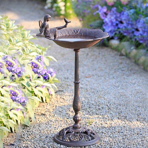 Elfen Und Vogel Baden Nur Zu Gern Im Kuhlen Nass Dieser Vogeltranke Garten Deko Garten Marchen Garten