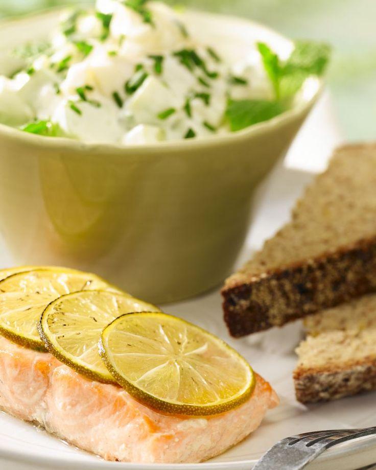 Een snel en zomers gerechtje met ovengebakken zalm met limoen met een frisse salade met komkommer en venkel.