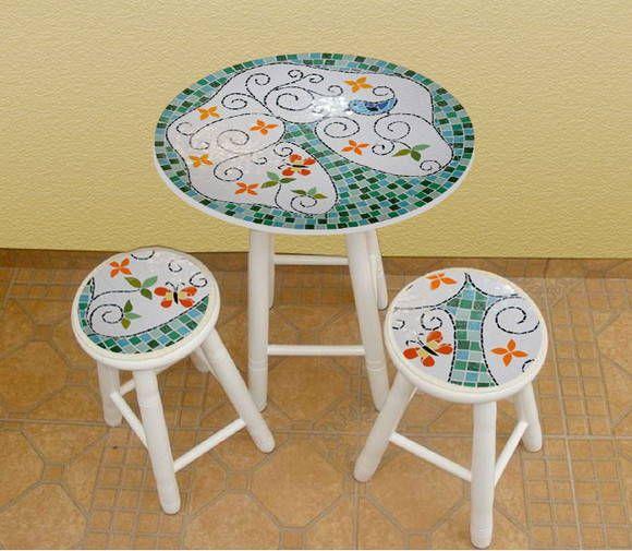 Base: Mosaico de azulejos cerâmicos Pés: em madeira pintada ou envernizada  Medida da mesa: 0,74 cm de altura x 0,60 de diâmetro Medida do Banco: 0,49 cm de altura e 0,27 de diâmetro  Cores do azulejo poderão sofrer pequenas alterações. R$ 413,95