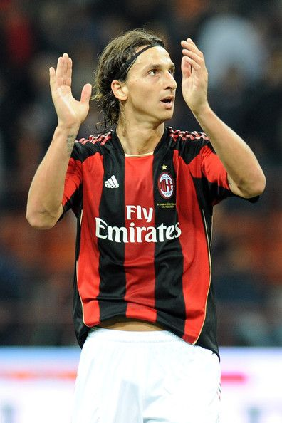 Zlatan Ibrahimovic Photos Photos - Zlatan Ibrahimovic of Milan greets supporters after winning the opening the Serie A match between AC Milan and Genoa CFC at Stadio Giuseppe Meazza on September 25, 2010 in Milan, Italy. - AC Milan v Genoa CFC - Serie A