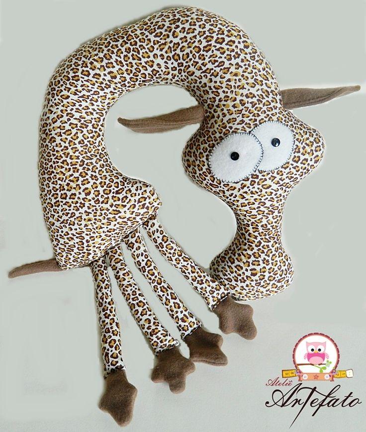 Almofada de Pescoço de Girafa <br> <br>Feito em tecido 100% algodão e enchimento de fibra de silicone. <br> <br>Ideal para apoiar seu bebê no berço, no bebê conforto, no carrinho e para viagens. Além de ser um ótimo ítem decorativo! <br> <br>Conforto com muita descontração!!!