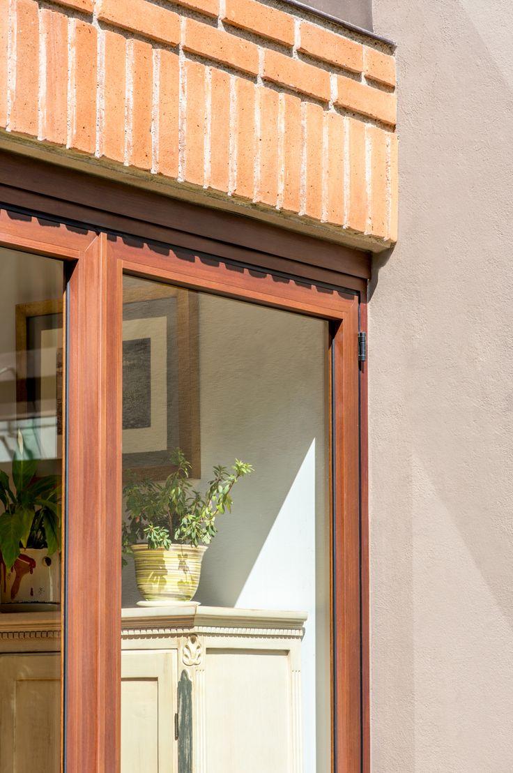 Vista detallada de esquina de cancel plegable  #ventana #ventanademadera #madera #multivi #puertademadera #puerta #cancel #hechoenmexico