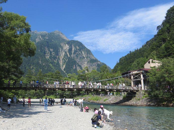 梓川に架かる木製の吊り橋、河童橋は上高地の象徴ともいえる存在です。河童橋からは、日本で3番目の標高を誇る奥穂高岳を臨むことができます。