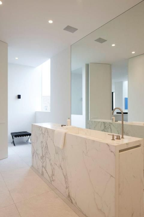 With bathroom with Calacatta marble element by AR+ Architectuur.