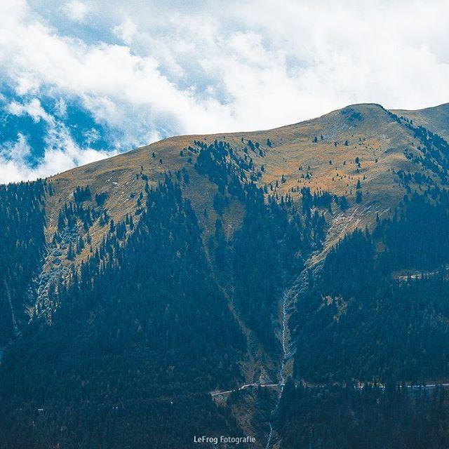 Was ist besser als klarer blauer Himmel und Sonnenschein? Ein wolkenverhangener Himmel der gerade dabei ist sich zu lichten -  zumindest wenn man interessante Fotos schießen möchte.  #clouds #wolken #wildkogel #österreich #austria #alpen #aussicht #berge #view #mountains #outdoor #hiking #picoftheday #natur #nature #baumgrenze #treeline #wonderful #wandern