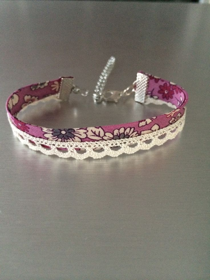 Bracelet en tissu liberty motif fleurs rose et en dentelle écru