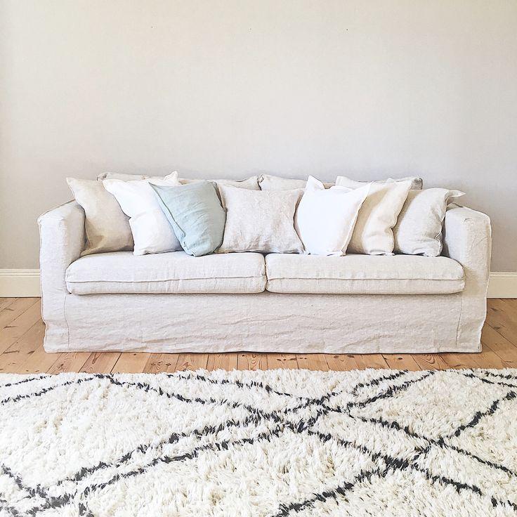✨ I samarbete med @bemzdesign ✨ Jag vill ju inte köpa en sprillans ny soffa till huset på Gotland utan hittade en bra och billig Karlstad 3-sits second hand på nätet. Mer hållbart, prisvärt och lokalt. Mysigt att träffa nya grannar på det sättet också! Med ett snyggt överdrag från @bemzdesign (detta är Urban Loose Fit, Designers Guild, Brera Lino i färgen Natural) som gör överdrag till Ikea-möbler i mer än 250 olika maskintvättbara tyger, blev det en så himla stor förvandling! Eller hur?…