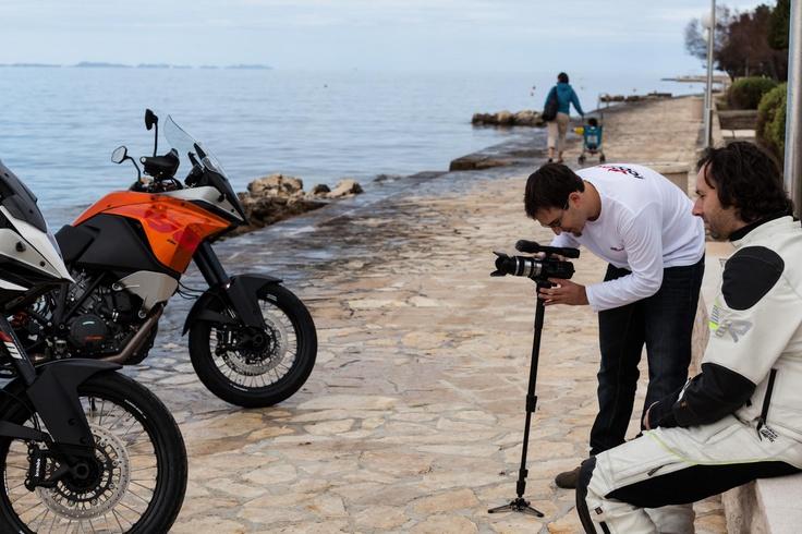 """Videodreh im Hafen - für unsere Motorradtests. Hier im Vergleich KTM vs. KTM. Standard Adventure vs. """"R""""."""