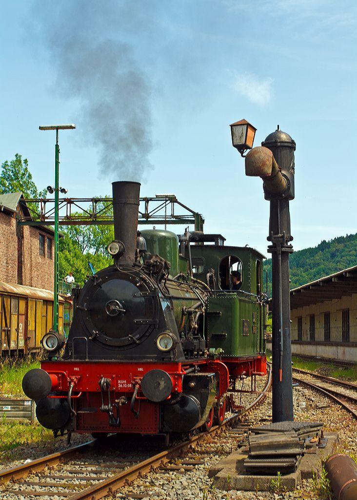 Dampflok  Waldbröl  des Eisenbahnmuseums Dieringhausen steht am 07.06.2014 im Museum am Wasserhahn.    Die Lok wurde 1914 unter Fabrik-Nr. 2243 von der Maschinenfabrik Arnold Jung Lokomotivenfabrik GmbH in Jungenthal b. Kirchen a.d. Sieg für die Kleinbahn Bielstein-Waldbröl gebaut und dort als Lok  Waldbröl  bezeichnet. Sie ähnelt sehr stark der Preußischen T 3, so ist auch die heutige UIC Nummer 90 80 00 89 984-3 D-EMD.  Nach der Streckenstillegung (1966) war sie als Denkmal abgestellt…
