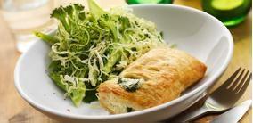 Indbagt laks i ovn med spinat og råmarineret broccoli og spidskål