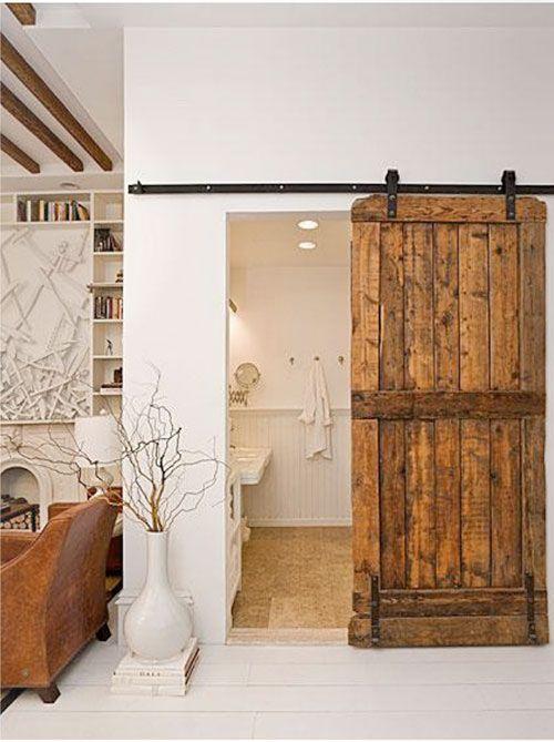 Badkamer met schuifdeur van hout Op zich badkamer niet mijn stijl maar schuifdeur scheelt wel veel ruimte