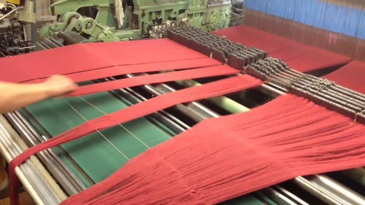 Navazování zelené na červenou osnovu The green warp follow up the red warp on the loom.