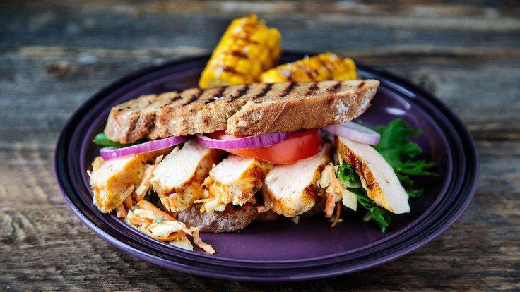 En sandwich med marinert kyllingbryst og grillet landbrød, er deilig både til lunsj og som en enkel sommermiddag når du ikke vil stå inne på kjøkkenet over grytene.