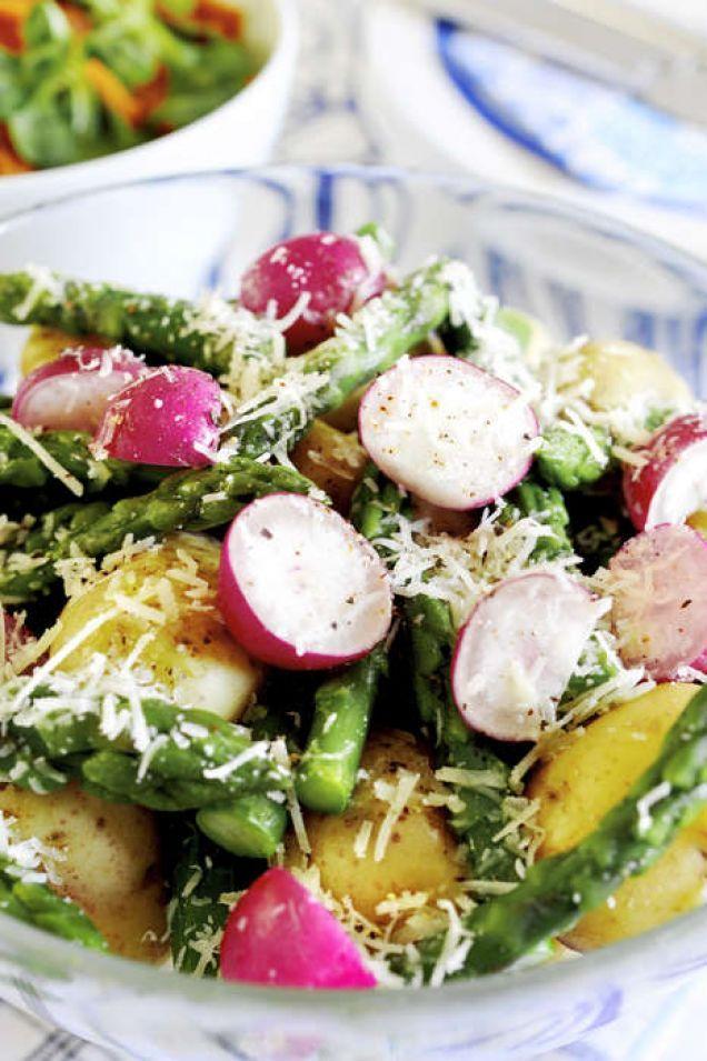 Rädisor och sparris i en vårlig fräsch potatissallad,