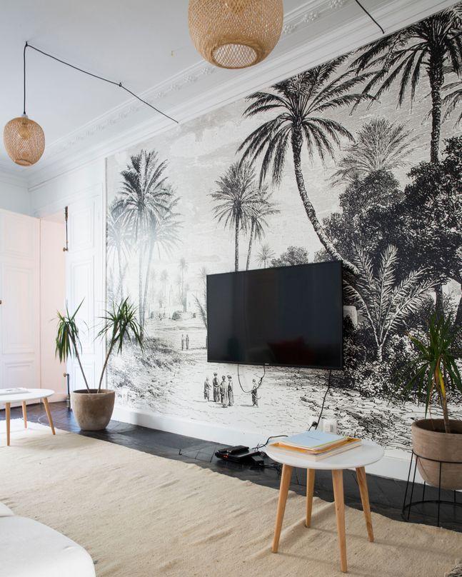 La pièce pour se détente mise en valeur par la fresque Oasis de Gafsa de Charles Barbant achetée dans la boutique Au Fil des Couleurs