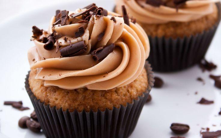 Muffin kağıtlarına yerleşen kekler; beyaz çikolata ilavesiyle hazırlanan krema ile taçlandığında ortaya bir ısırık almalık kahveli cupcake tarifi çıkar.