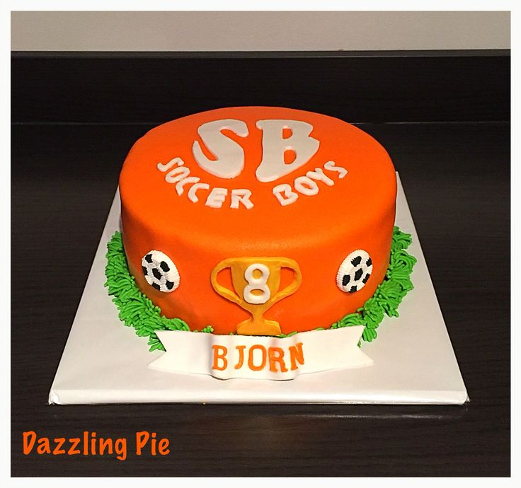 Voetbaltaart/soccer cake made by Dazzling Pie