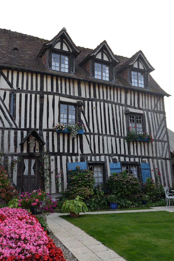 L'une des magnifiques maisons à colombages de Pont-Audemer en Haute-Normandie (Eure)