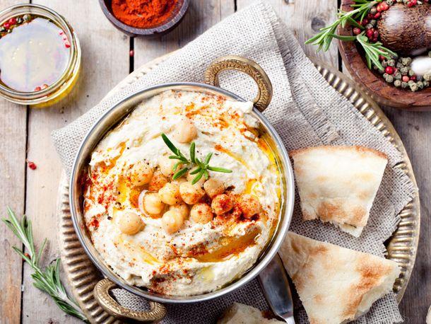 Ein Dip für alle Fälle: Wir zeigen, wie Sie Hummus selber machen. Das einfache Grundrezept schmeckt zu Ofengemüse, Pita und vielem mehr.