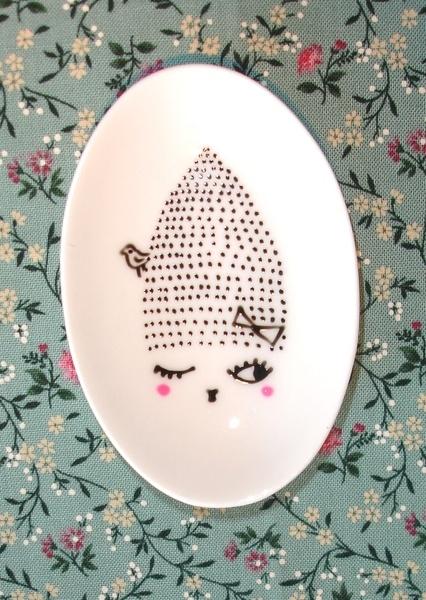 Petite coupelle en porcelaine, peinte à la main.      Mode d'emploi:   pour ses petits bijoux qu'on laisse au pied du lit, pour les trombones sur son