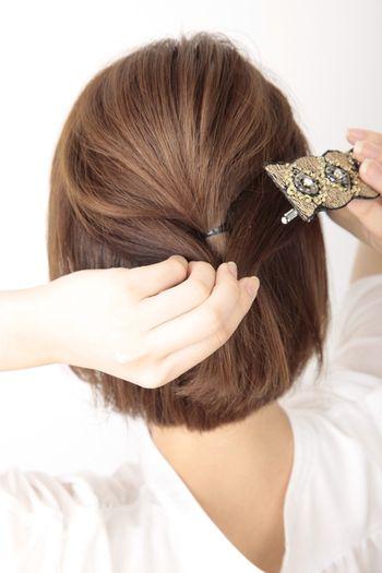 ハチの上で髪の毛を軽く結び、ゴムが隠れるようにバレッタを留めます。 ぶきようさんでも簡単に出来るアレンジです♪