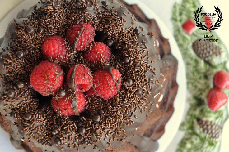 Chocolate bundt cake with raspberries - www.lcake.pt