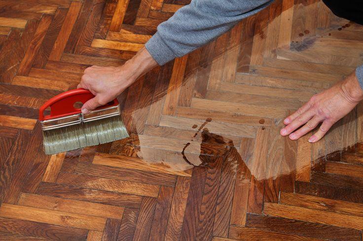 Lesen Sie hier, wie Sie mit einfachen Mitteln tiefe Kratzer und andere Beschädigungen beim Parkettboden ganz einfach selbst beheben können.