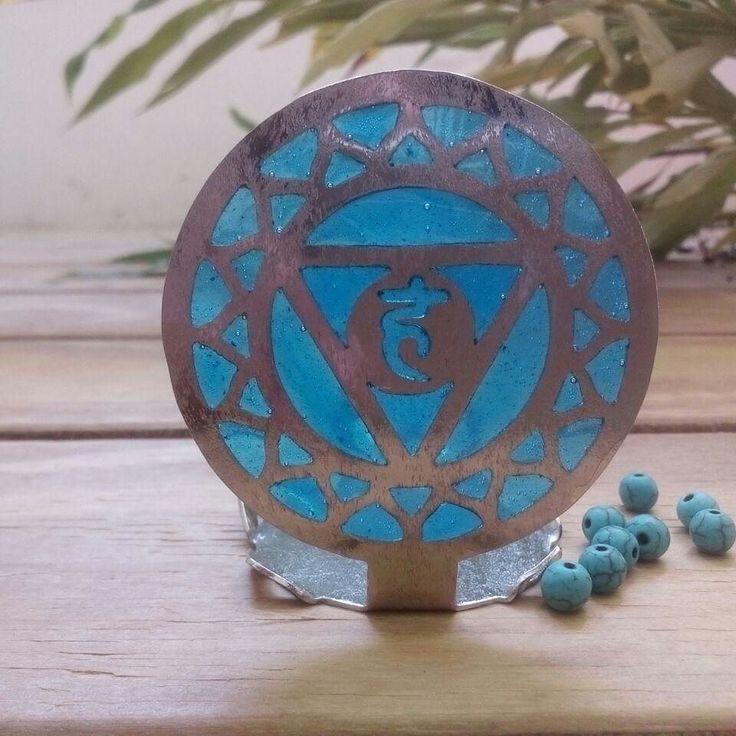 Vishudda: Significa en sánscrito purificación 5to chakra.  Ubicado en elplexo faringeo garganta.  Sus funciones son: Comunicación autoexpresión conocimiento relajación y descanso.  Su color es el azul.  Rocas asociadas a este chakra: Lapislázuli aguamarina sodalita calcedonia zafiro turquesa. Esencias: Mirra lila Incienso lavanda  eucalipto.  Vishudda: It means in Sanskrit purification 5th chakra.  Located in the complex pharyngus throat. Its functions are: Communication self-expression…