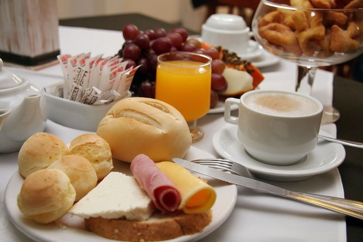 """O café da manhã é a refeição mais importante do dia e """"beliscar"""" entre as refeições faz mal, certo? Segundo especialistas, nem tanto"""