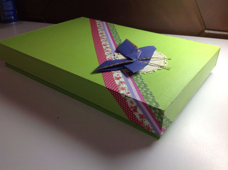 Caja pintada y con cintas