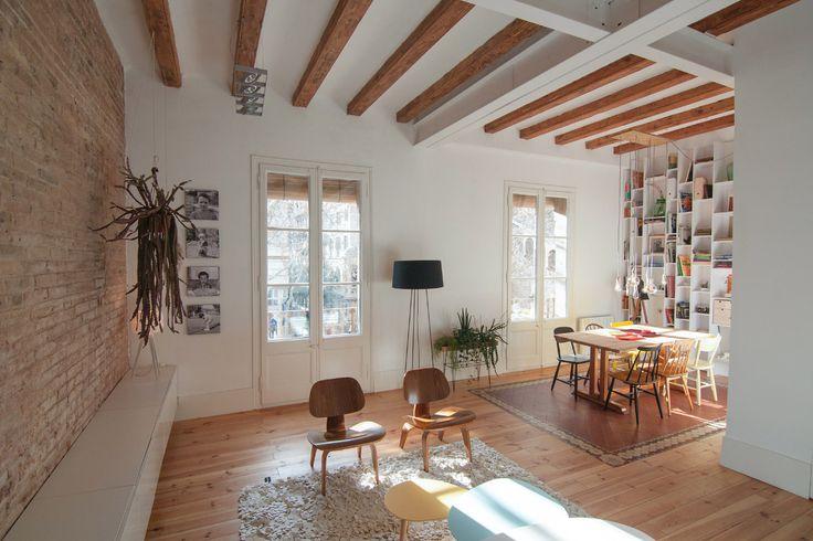 Buen legado - AD España, © Neus Casanova Las vigas de madera son las originales de la casa, al igual que los ventanales, que tienen vistas a la plaza de la Virreina.