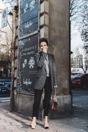 Try wearing a more androgynous look this winter by pairing black boyfriend jeans with an oversized blazer and a simple knit sweater. Sara Escudero wears this fresh trend with black and nude heels and a cute satchel bag; a gorgeously classic yet unique style. Blazer: Zara, Jersey: Old, Jeans: Levi's, Bag: Gucci, Shoes: Chanel.