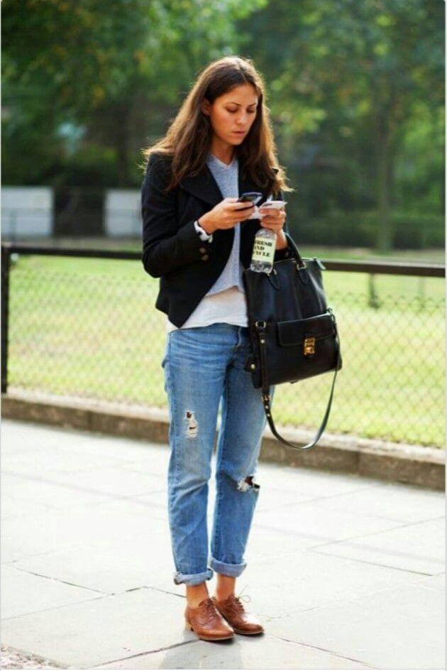 коричневые оксфорды с джинсами
