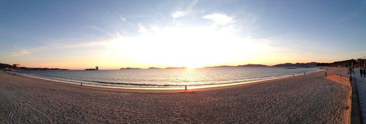 Disfrutando de un bonito #atardecer por la #playa de #Samil #vigo #riadevigo #ria #toralla #arena #mar #costa #galicia #islascies #paseo #sol #paraiso