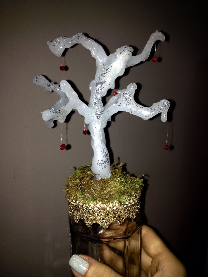 A little christmas tree made with hot glue gun...