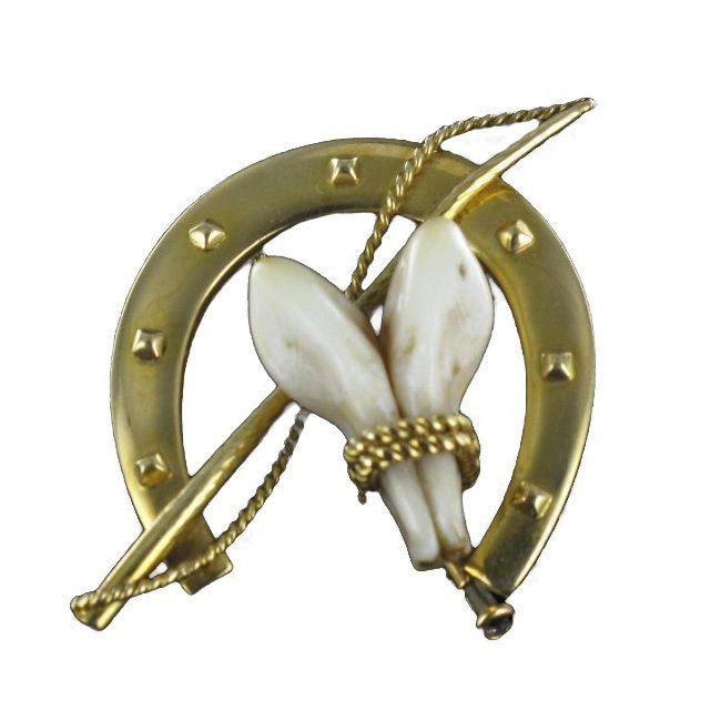Broche de chasse.  Un modèle très recherché : cette broche fera merveille sur une veste ou un foulard.  http://www.bijouxbaume.com/broche-chasse.htm