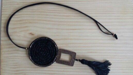 Collar largo negro con pieza metalica