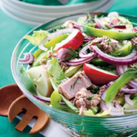 Kypsennä riisi pakkauksen ohjeen mukaan. Anna jäähtyä lämpimäksi.Huuhdo ja kuivaa jäävuorisalaatti. Revi tai suikaloi salaatti.
