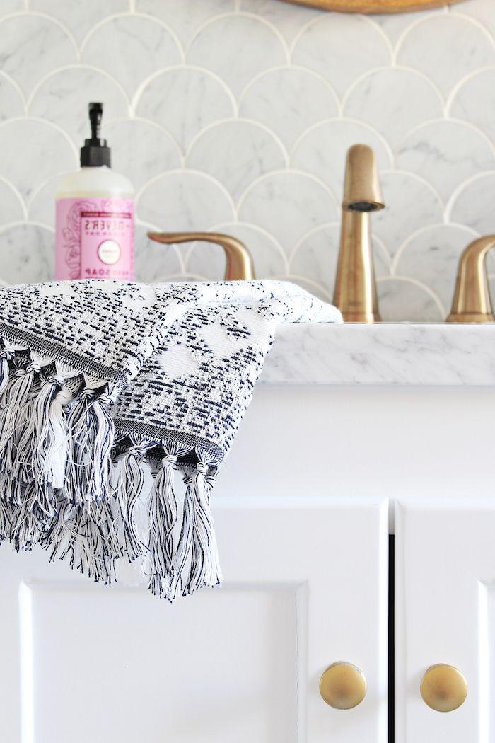 Badezimmer Regal Und Tücher, Ein Badezimmerschrank, Moderne Badideen, Badezimmer  Modern Gestalen
