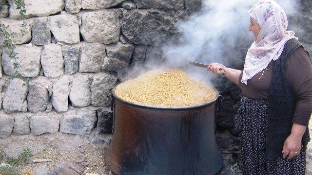 Bulgur kaynatan Köylü Kadın