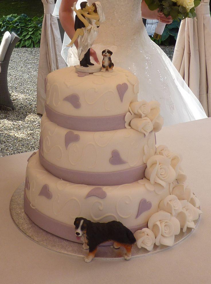 Bruidstaart waar naast een topper van het bruidspaar ook toppers van hun honden op stonden. De haren van de bruid van de bruidstopper zijn met een speciale stift in de eigen haarkleur geverfd.