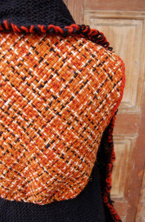 Chaqueta sin mangas de lana terracota con curvas y vuelos