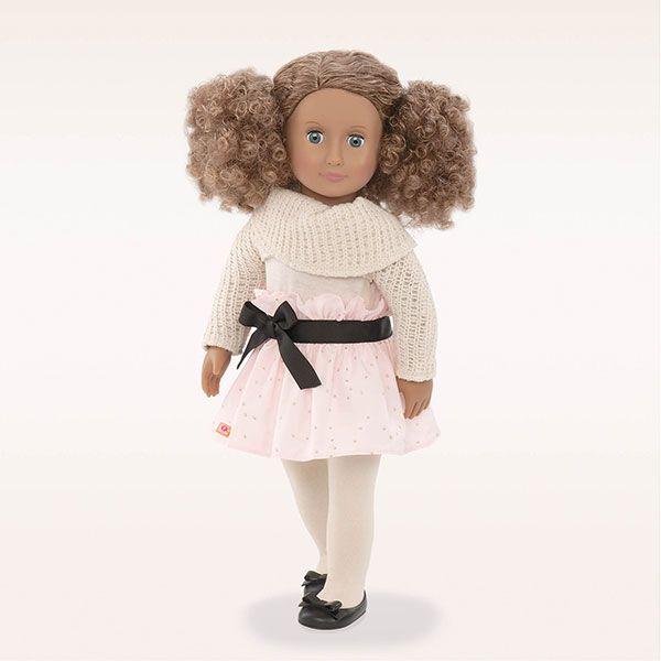 De pop Kaylee van Our Generation is een prachtige pop met krullend haar in twee staartjes. Ze is 46 cm groot en gaat gekleed in een lichtroze rok met zwarte strik, witte panty, een gebreide schouder truitje en een paar schattige zwarte schoentjes. De oogjes van Kaylee kunnen open en dicht.